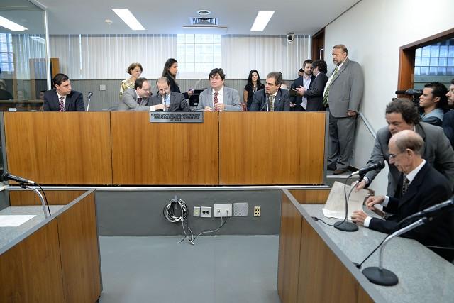 O relator e presidente da comissão, deputado Tiago Ulisses (centro), distribuiu cópias do seu parecer. Ele opina pela aprovação do PL 3.820/16, com uma série de emendas
