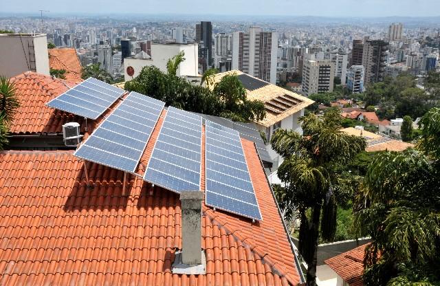 Módulos fotovoltaicos em residência no bairro Mangabeiras, na Capital. A cidade tem 326 m² de placas solares a cada mil habitantes, enquanto o Brasil tem 27,4 m²