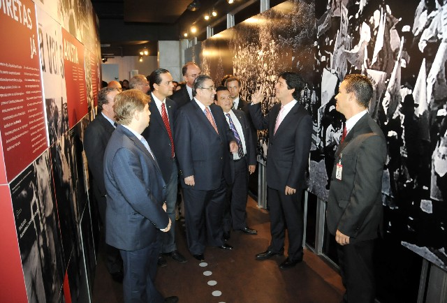 Após Reunião Especial de Plenário, os presentes visitaram o Memorial da Assembleia de Minas, localizado no Espaço Democrático José Aparecido de Oliveira