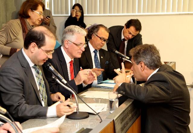 O presidente da comissão e relator da proposição, deputado Tiago Ulisses (à esq.), opinou pela aprovação do projeto na forma do substitutivo nº 1, que apresentou