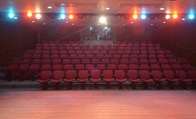 Trabalhadores fazem reforma no Teatro da Assembleia.
