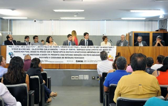 Deputados debateram a transferência de resíduos químicos da Baixada Santista (SP), produzidos por fábrica em Cubatão, para serem incinerados em Sarzedo (MG)
