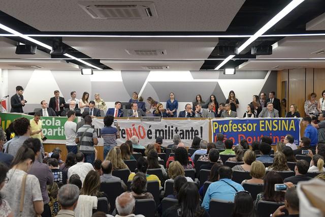 O público participante lotou o Auditório José Alencar Gomes da Silva, exibiu cartazes e entoou palavras de ordem em defesa da família