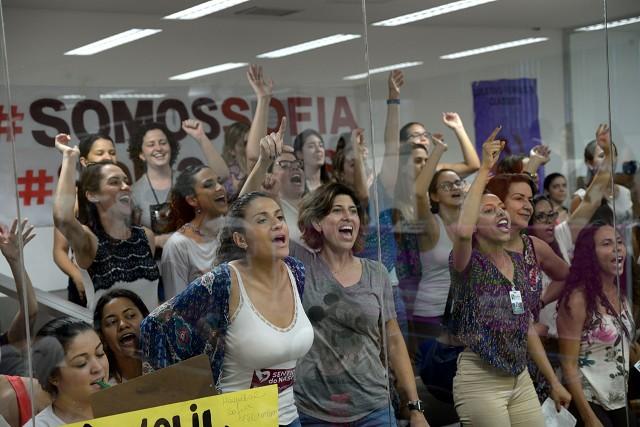 Mulheres lotam galerias em defesa do Sofia Feldman
