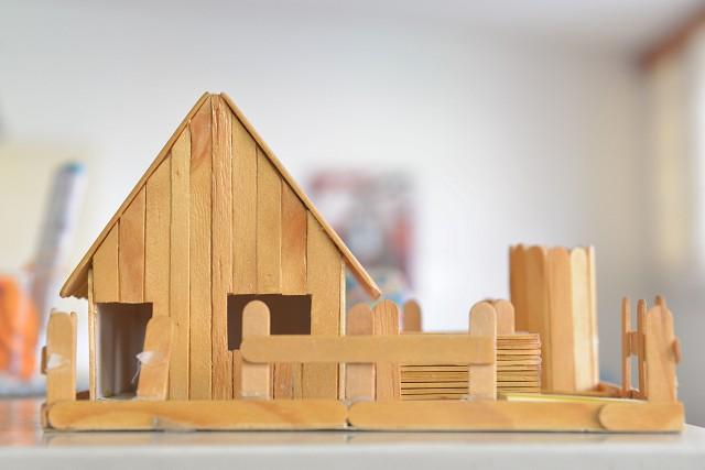 Matéria especial - População em situação de rua. Casinha de madeira. Casa.