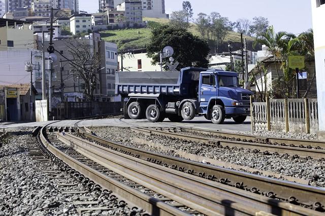 Matéria especial Ferrovias Mineiras - Conselheiro Lafaiete. Linha de trem. Passagem de nível.