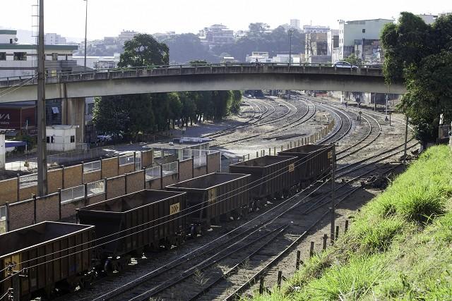 Matéria especial Ferrovias Mineiras - Conselheiro Lafaiete. Trem de cargas. Vagão aberto. Viaduto sobre linha férrea. Ramais.