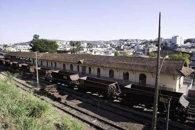 Matéria especial Ferrovias Mineiras - Conselheiro Lafaiete. Estação ferroviária. Vagões abertos. Trem de carga.