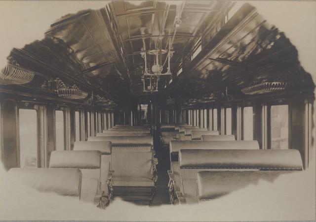 Matéria Especial Ferrovias Mineiras - Acervo sob a guarda do Arquivo Público Mineiro. Interior do vagão de luxo da Companhia Estrada de Ferro Sapucaí. Data provável entre 1906 e 1908.