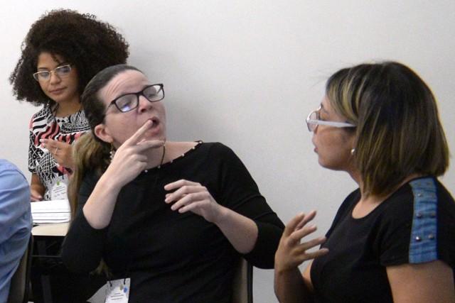 Surda e com deficiência visual, Lara Gontijo (ao centro) participou do debate por meio de intérpretes