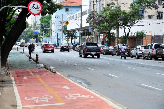 Ciclovia na rua Professor Moraes, em BH. Em Londres, referência no assunto, o sistema público de aluguel de bicicletas já contava com 600 estações e mais de 8 mil bicicletas quando foi lançado