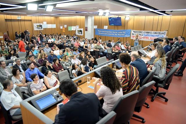 Auditório ficou lotado de professores e alunos das duas universidades