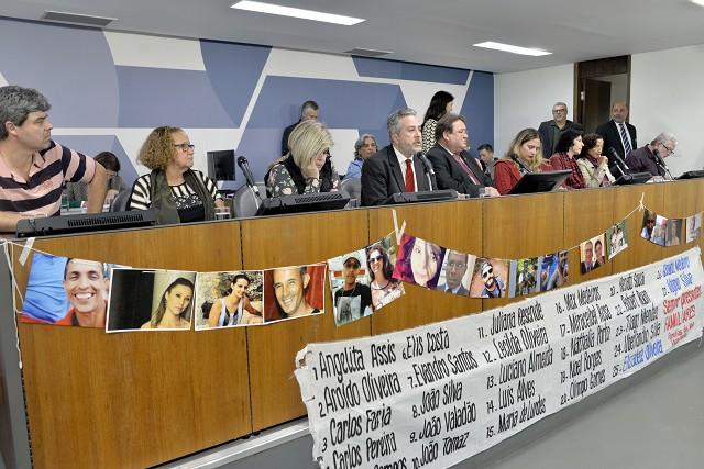 Nomes e fotos de vítimas do rompimento de barragem em Brumadinho foram exibidos na audiência pública