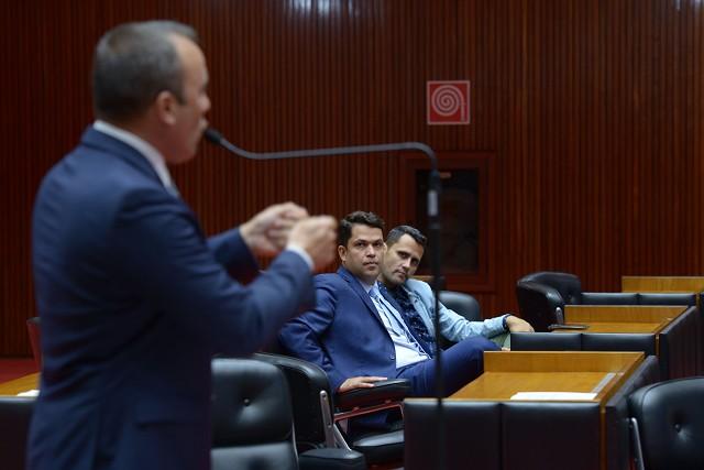 No Plenário, Noraldino Júnior (ao microfone) e João Vítor Xavier (ao fundo) protagonizaram um debate acalorado sobre a atuação da Semad junto às mineradoras