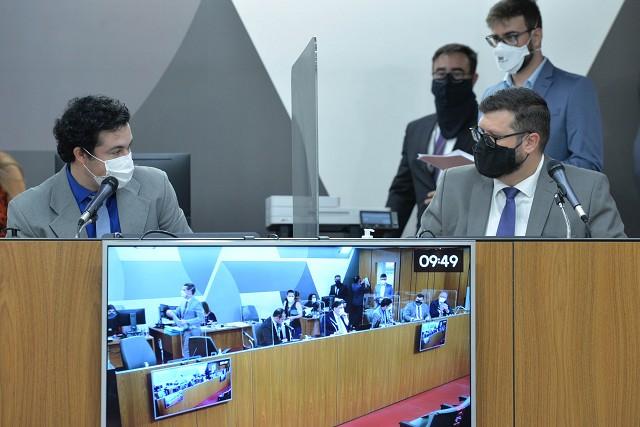 Relator, deputado Guilherme da Cunha (à direita), opinou pela legalidade na forma do substitutivo nº 1 que apresentou