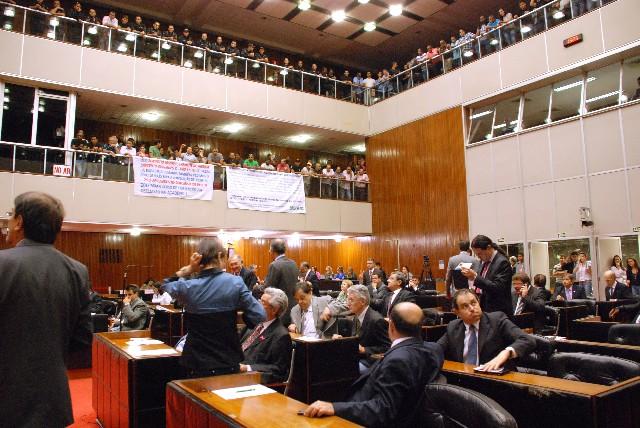 Dezenas de agentes penitenciários ocuparam as galerias do Plenário para pressionar pela aprovação do projeto