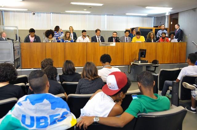 Relatório do Disque 100, da Secretaria Especial de Direitos Humanos do Ministério da Justiça, aponta que os jovens são alvo de 52% dos crimes contra a população LGBT